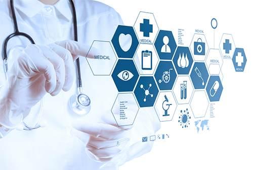 Zahnarzt tippt auf futuristischem Bildschirm medizinische Symbole