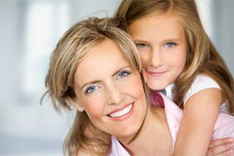 Mutter mit Kind bei Parodontitisbehandlung