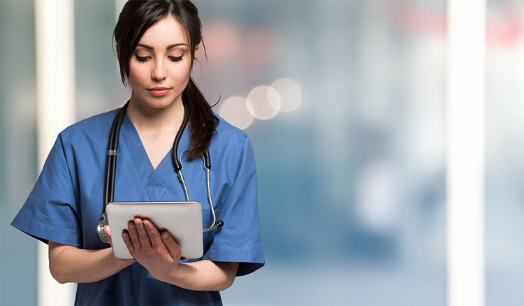 Auszubildende Zahnmedizinische Fachangestellte schreibt auf Tablet