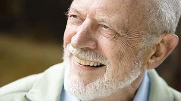 mann mit all on 6 implantat prothese